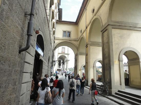 Corridoio Vasariano: Accross the street and into the Uffizi