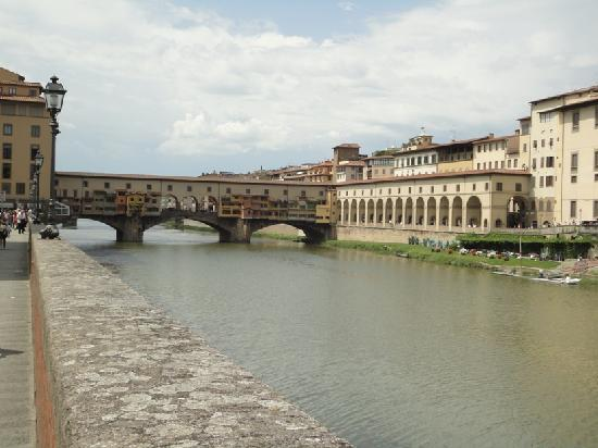 Corridoio Vasariano: Passage rossing the river then into the Uffizi