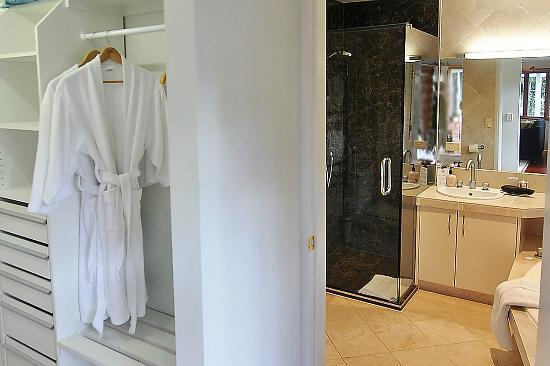 Moon Gate Villa: Premium Suite Bathroom and robe