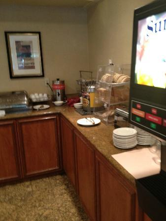 Courtyard Oxnard Ventura: Breakfast Buffet included a waffle machine