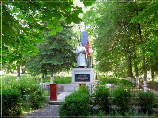 Riscani, Moldova: г.Рышканы. Памятник участника ВОВ.