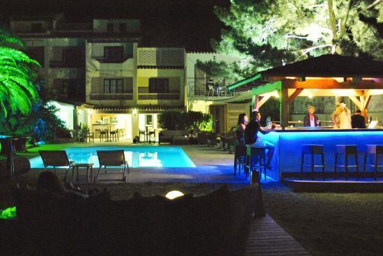 Hôtel Restaurant Bartaccia : Vue du coin bar piscine de nuit