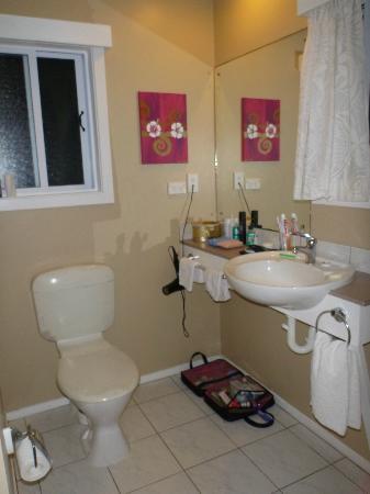 Manea Beach Villas: the bathroom