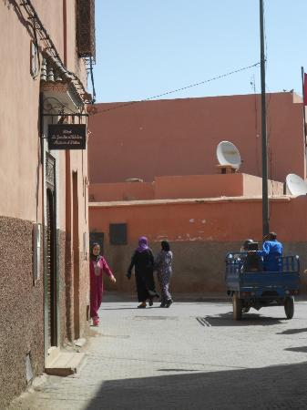 Le jardin d'Abdou: Riad entrance (street)