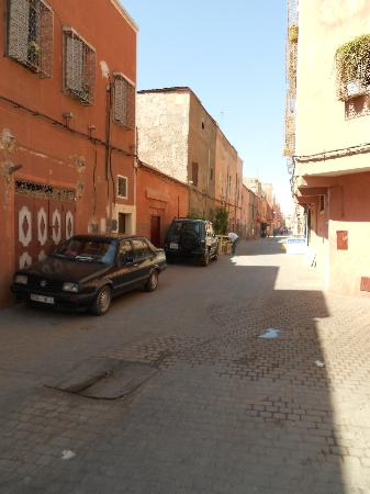 Le jardin d'Abdou: Riad street (the oposite side to entrance. street to city centre)