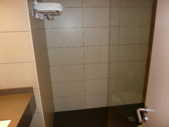 Almirall Apartments : Bathroom with walk in shower