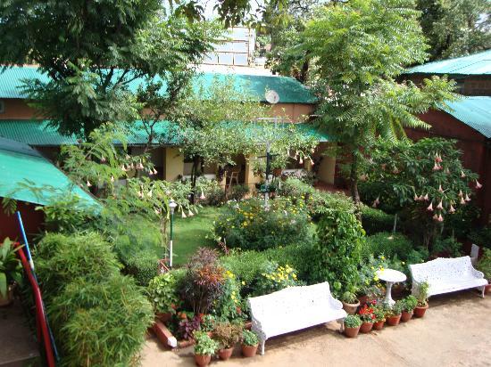 Hotel Shreyas: garden