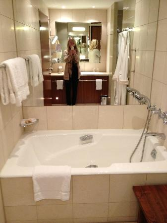 Canary Riverside Plaza Hotel: Bathroom. Room 509