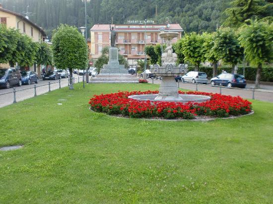 Adria Hotel n Resort: vista dell'Hotel dalla piazza