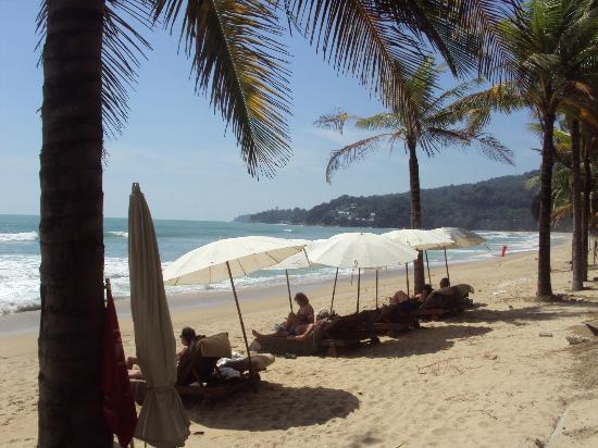 Kamala Beach: Beach outside Sunprime Resort