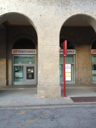 Hotel Ferrara: バス停
