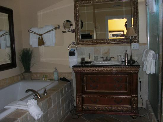Honor Mansion, A Wine Country Resort: View into bathroom (shower to the right)
