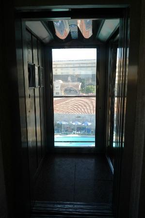 Lavitas Hotel: lift
