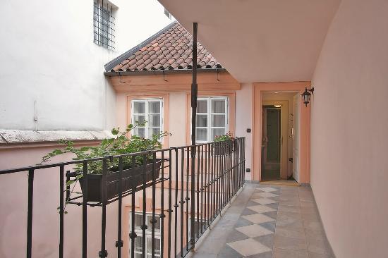 Hotel Residence Retezova: Entrance to Singapore Apartment