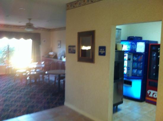 Quality Inn & Suites: Clean lobby area