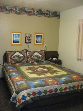 Alpine Motel: Clean, Cozy Room