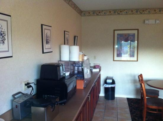 Quality Inn & Suites: Fresh coffee and very well kept.