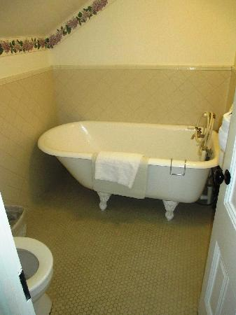 Centrella Inn: claw foot tub and toilet
