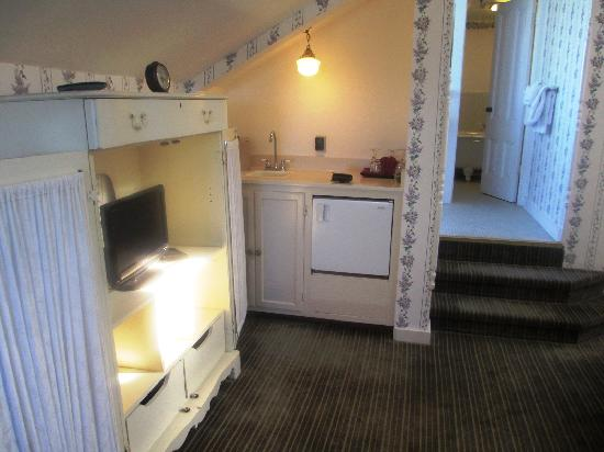 Centrella Inn: kitchenette and cabinet with little flat screen