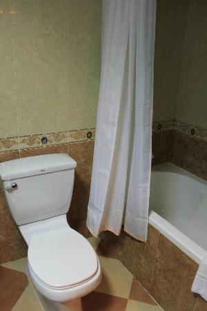 City Angkor Hotel: 水漏れしていたバスルーム