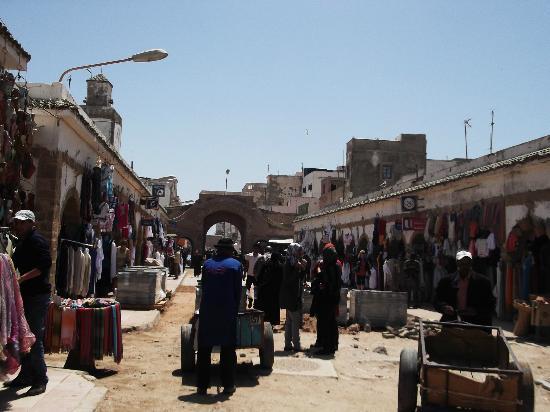 Essaouira Youth Hostel & Social Travel: Main street madina