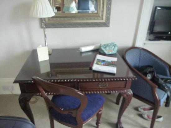 Knockendarroch Hotel & Restaurant : The desk