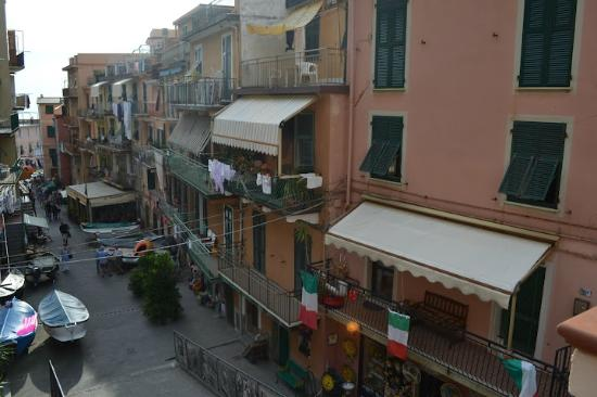 Hostel Cinque Terre: Main Ave down to docks in Manarola