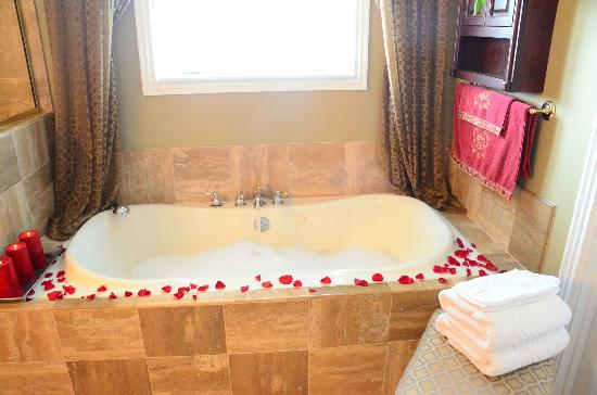 Southern Grace Bed and Breakfast: romantic tub for two in Southern Grace Suite