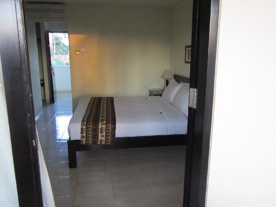 Legong Keraton Beach Hotel: bed- superior room