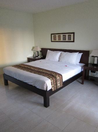 Legong Keraton Beach Hotel: comfy bed