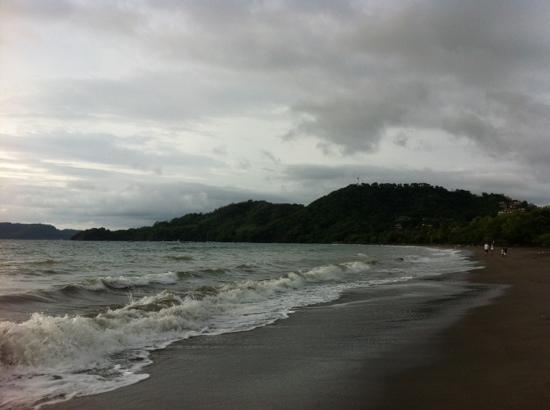 Playa Hermosa: Overcast, but still great waves and awesome beach!