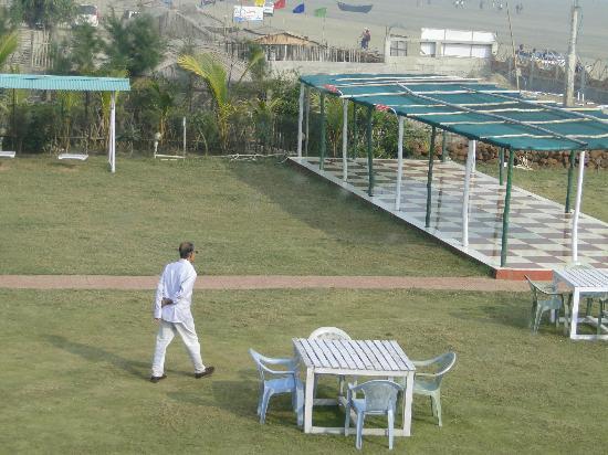 Hotel Sonar Bangla - Mandarmoni: the lawn