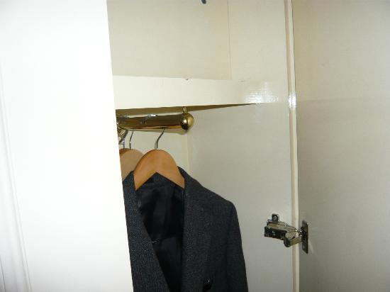 Millennium Hotel London Knightsbridge: Very small space for clothes