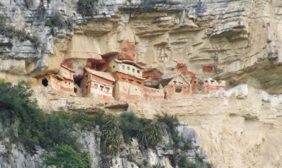 Chachapoyas, Perú: Right side of Revash taken from halfway up trail