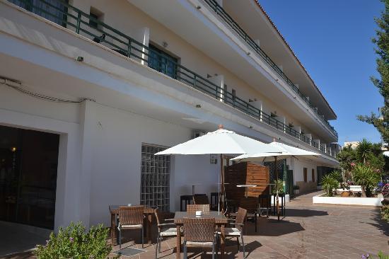 Hostal Rosales: I tavolini esterni del bar dell'hotel