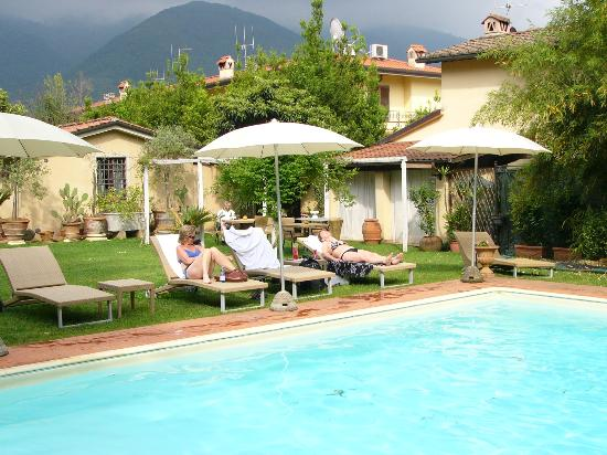 Villa Lombardi: By the pool after a great day on the bicycles