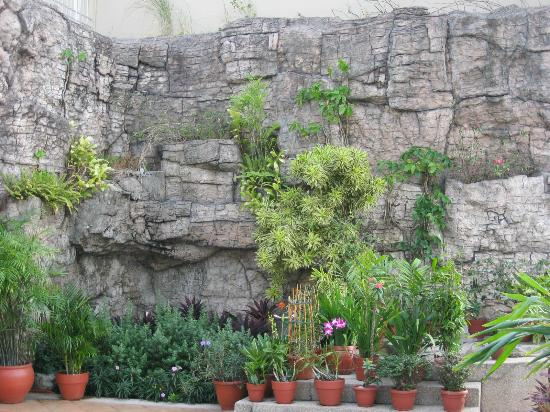 BSA Suites - Makati: Garden at end of pool area