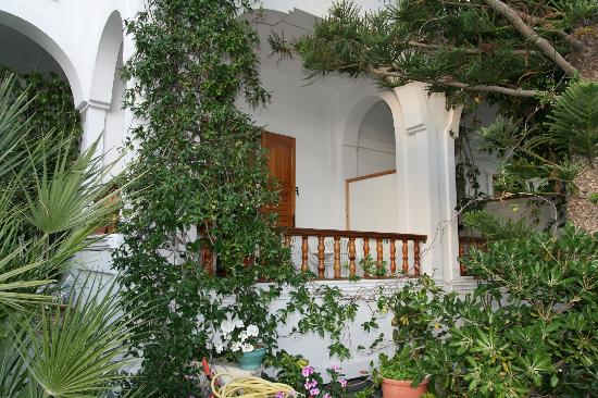 Armonia Hotel: Une chambre et terrasse en façade