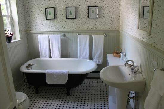 Eddington House Inn: The bathroom