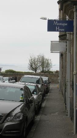 Montague Guest House: At the end of the street....the sea