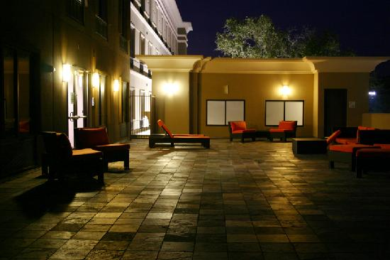 Holiday Inn Express San Antonio N-Riverwalk Area: 2nd floor outdoor lounge