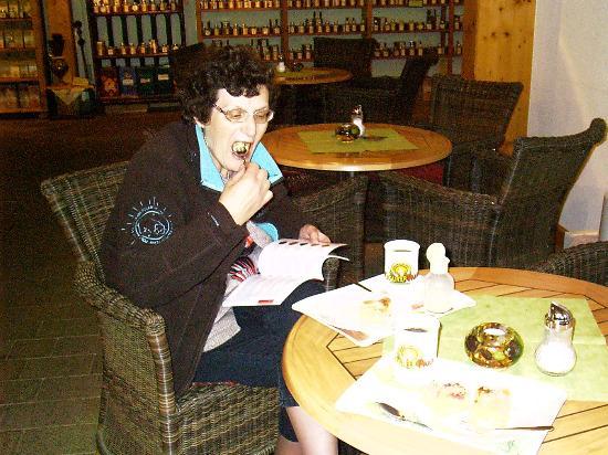 Hotel auf der Hohe: in debar achter een kop koffie met taart