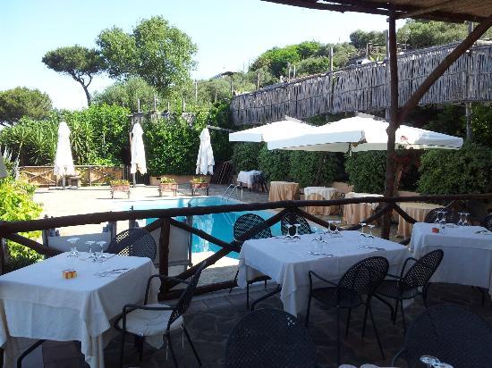 Relais Villa Caprile: piscina e ristorante esterno