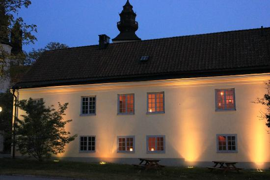 Hotell Helgeand Wisby: Exterior lit at night
