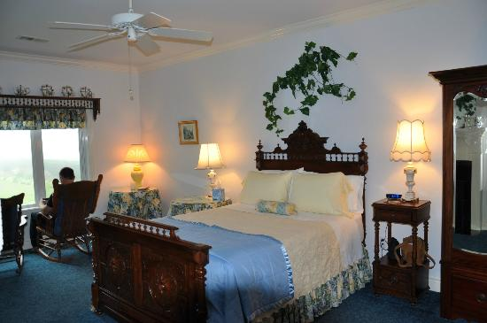 Sea Cliff Gardens Bed & Breakfast: Marie Antoinette's Boudoir