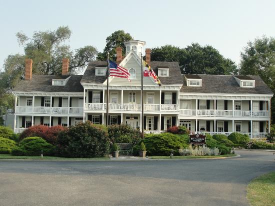Waterfront Historic Kent Manor Inn: Front of the Inn