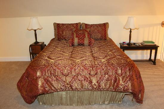 VT Inn: Hokie Nest- queen bed