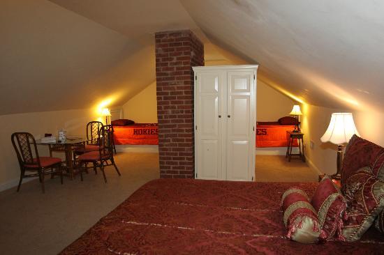 VT Inn: Hokie Nest- room overview