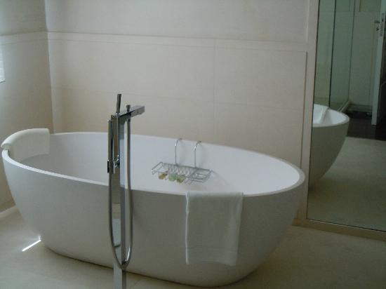 Algodon Mansion - Relais & Chateaux: Luxurious Bathtub
