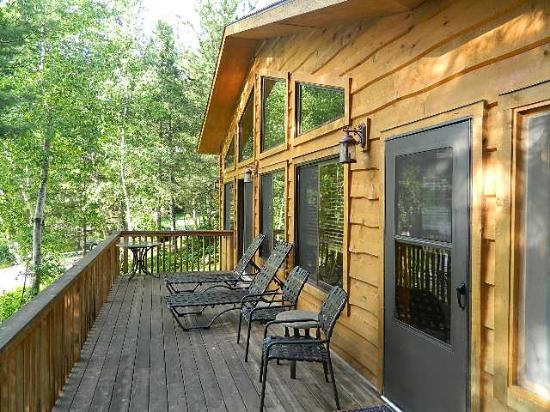 River Point Resort: The deck of the Riverview cabin
